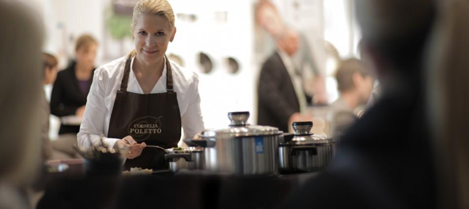 Cornelia Poletto mit Kochtöpfen auf dem BK Messestand auf der Ambiente.