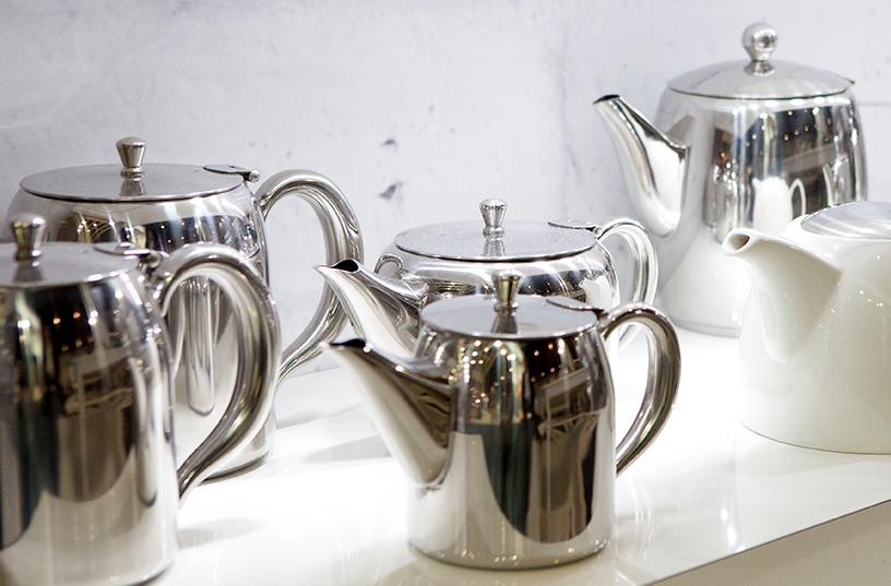 glaenzende-metall-teekannen