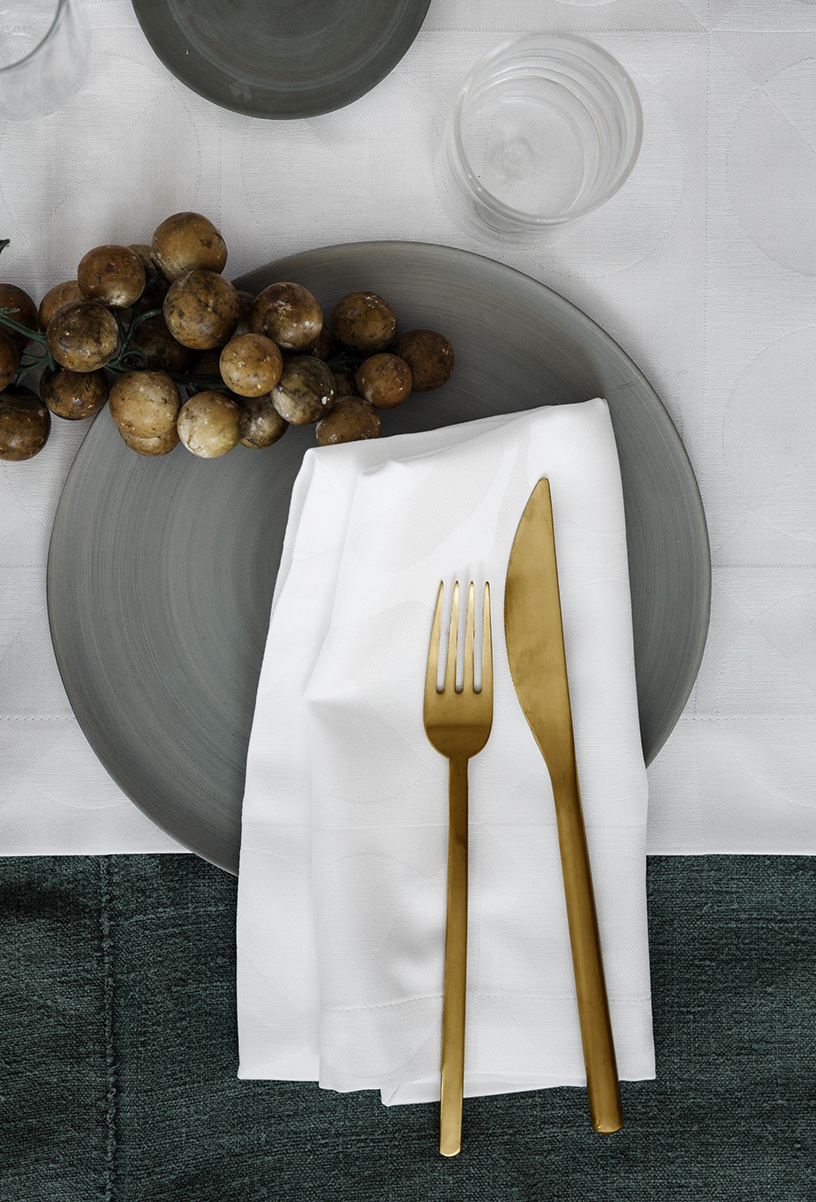Napkin from Elvang and gold cutlery in the Designsetter flat