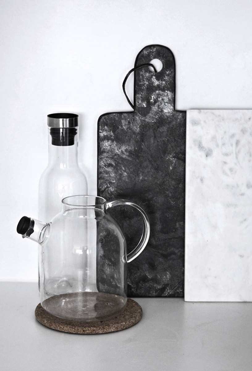 Marble breadboards next to a teapot and a carafe in the Designsetter flat
