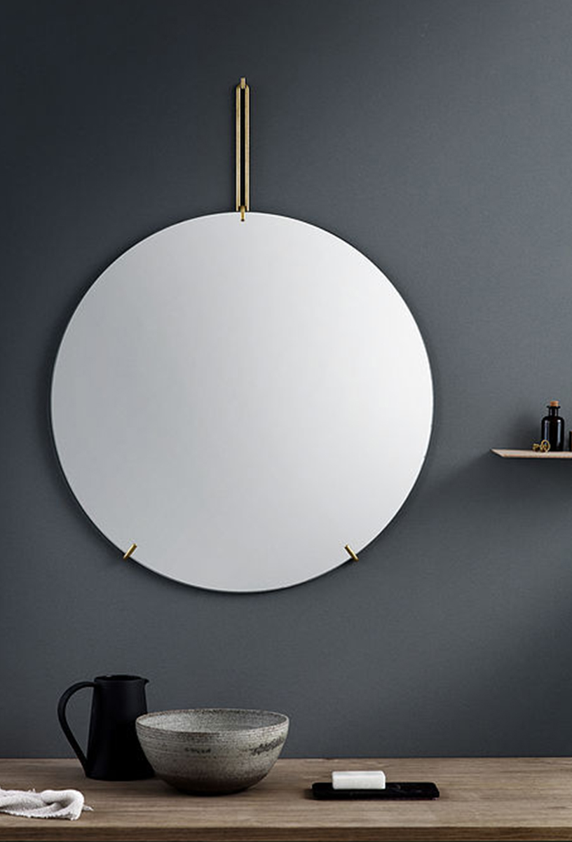 Nordic wall mirror from Moebe in front of a gray wall in the Designsetter flat