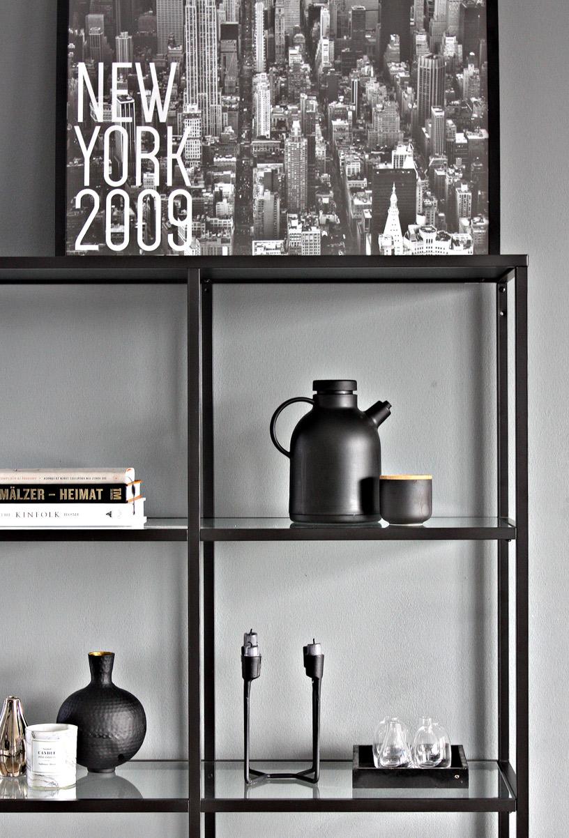 Stillleben im Hygge-Flair mit Regal vor grauer Wand in der Designsetter-Wohnung