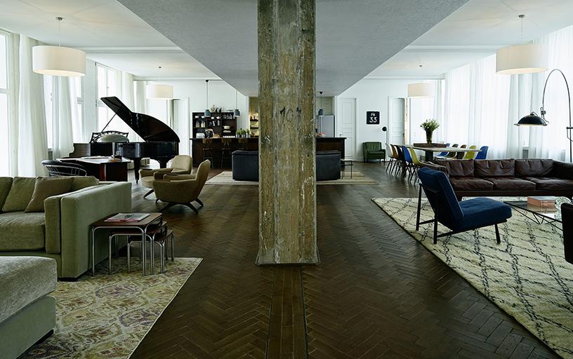 Salbeifarbenes Interior Design des Aufenthaltsbereichs im Soho House Berlin