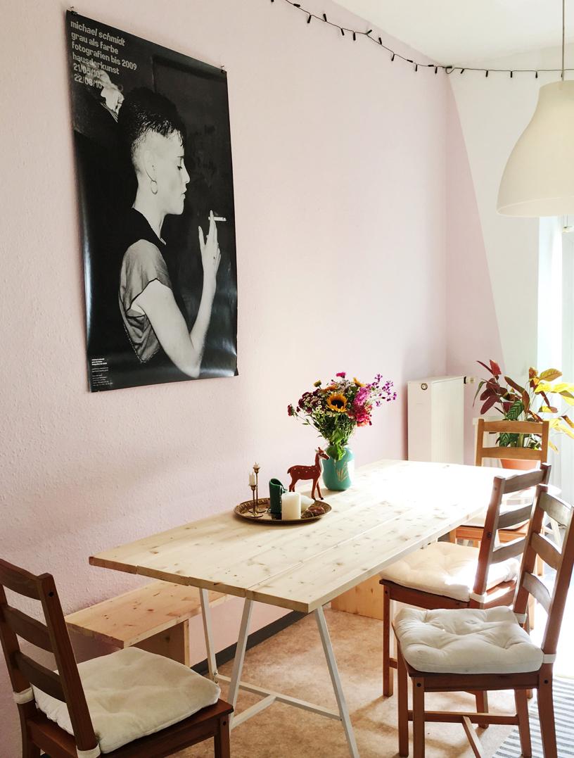 Die rosa Wand eines Esszimmers harmoniert großartig mit der Einrichtung im Stil des nordischen Minimalismus