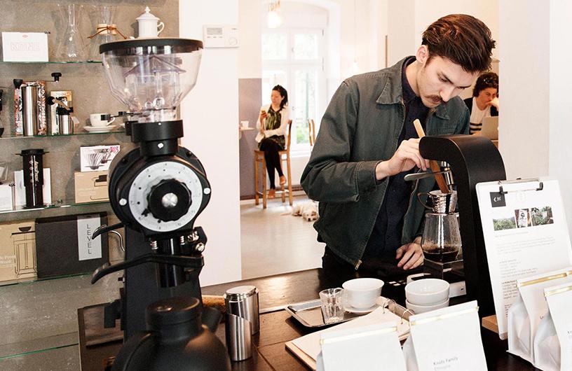 Mann bei der Zubereitung von Kaffee im Bonanza Cafe in Berlin