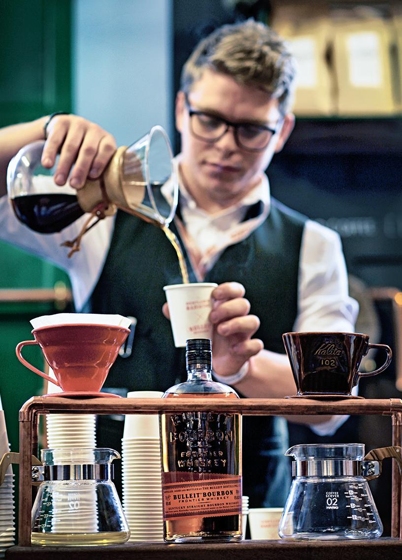 Das Foto von Friedrichs zeigt einen Barista beim Eingießen von Kaffee in einen Becher