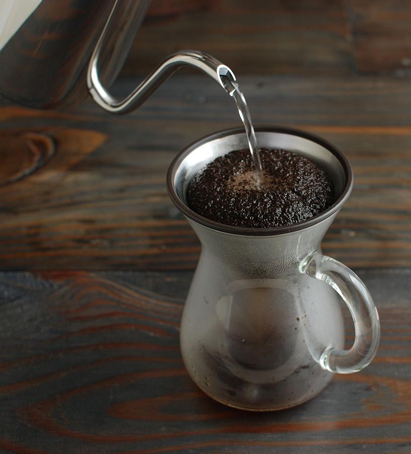 """Eingießen von heißem Wasser ins """"Slow Coffee Style Speciality"""" von Kinto filtert Kaffee"""