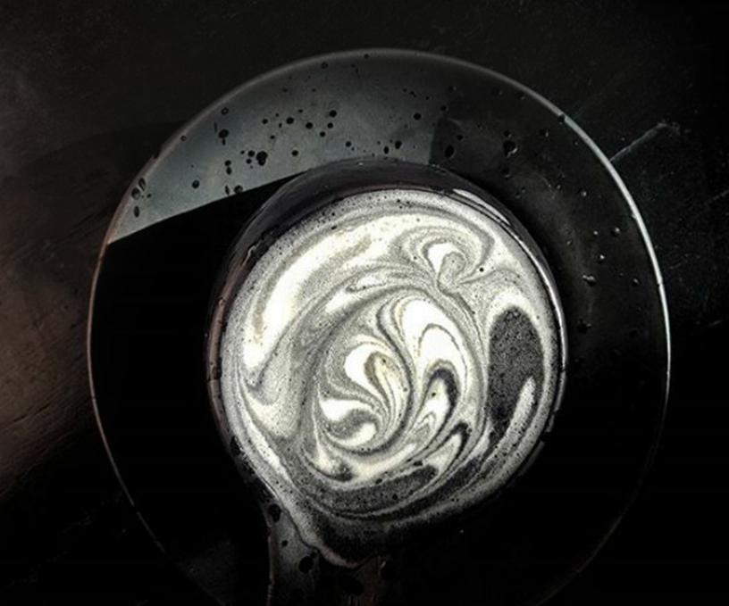 Schwarzer Goth-Lattemacchiato, eine Spezialität des Sozo-Cafes