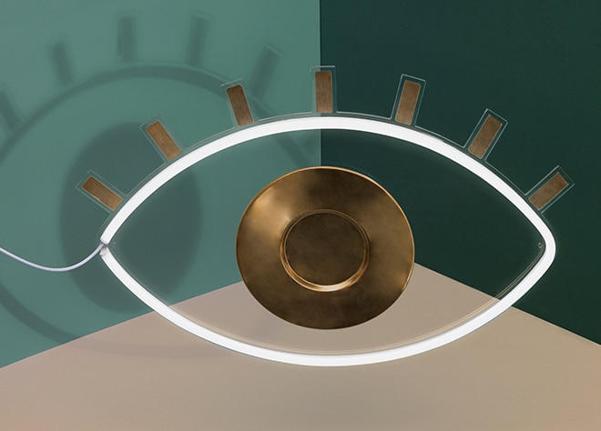 The mystical lamp made of glass with golden applicationsfrom Doiy Design is formed like an eye