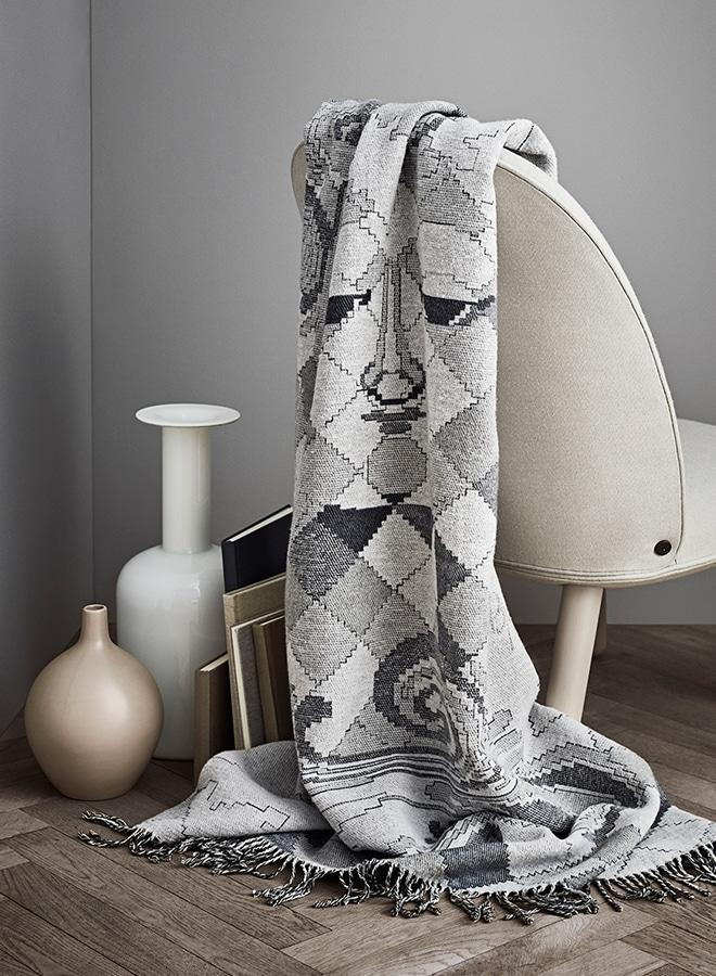 Das pastellfarbene Tuch von Juna Denmark mit dem charakteristischen Gobelin-Design von Bjørn Wiinblad ist stilvoll in abgestimmter Kulisse dekoriert