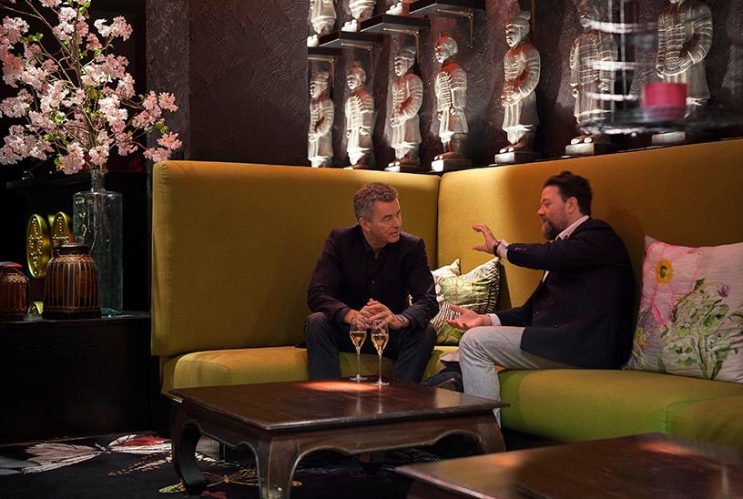Detlef Braun und Christian Mook unterhalten sich in einer Lounge-Ecke im Restaurant Zenzakan in Frankfurt.