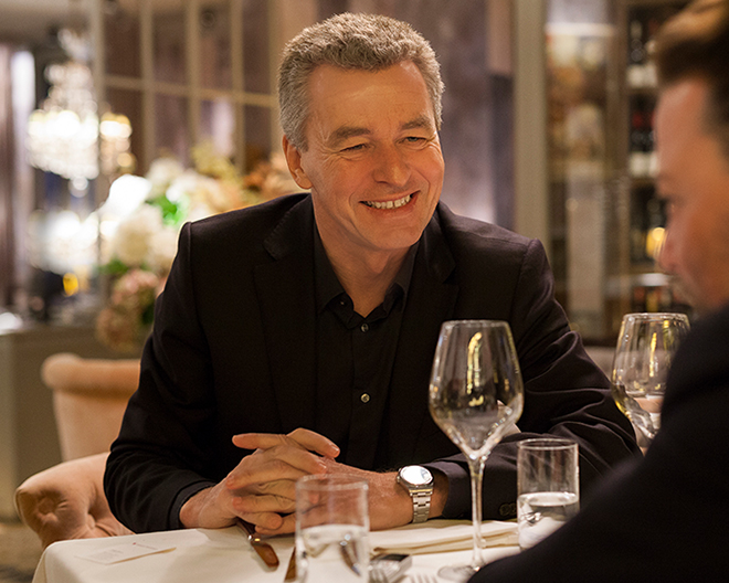 Detlef Braun sitzt gegenüber von Christian Mook an einem Tisch im Mon Amie Maxi.