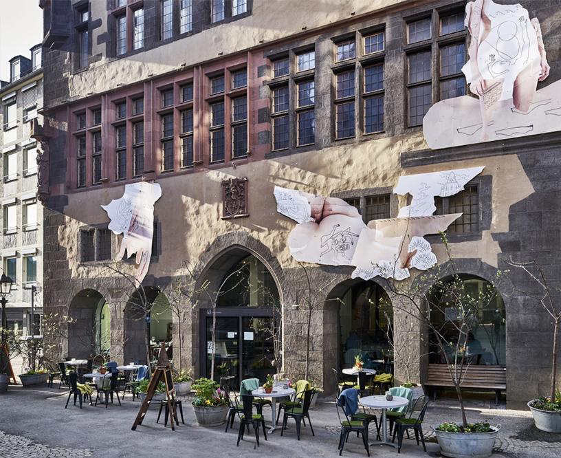 Künstlerisch gestaltete Fassade des steinernen Hauses am Markt in Frankfurt, in dem sich das Cafe des Kunstvereins befindet