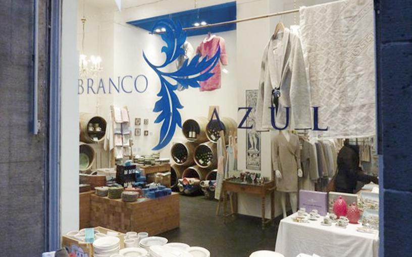 Das Schaufenster von Branco Azul, gibt direkten Einblick in den Laden voller portugiesischer Souvenirs