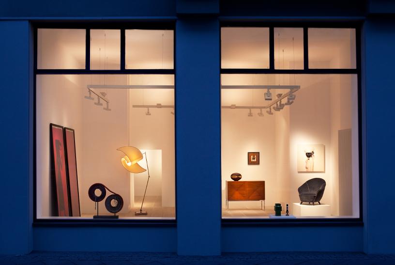 Aussensicht in die Galerie Frank Landau, gibt Sicht auf die kunstvoll in Szene gesetzten Designobjekte
