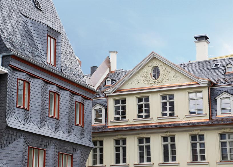 Zeigt mittelalterliche, verzierte Hausfassaden in der neuen Altstadt in Frankfurt.
