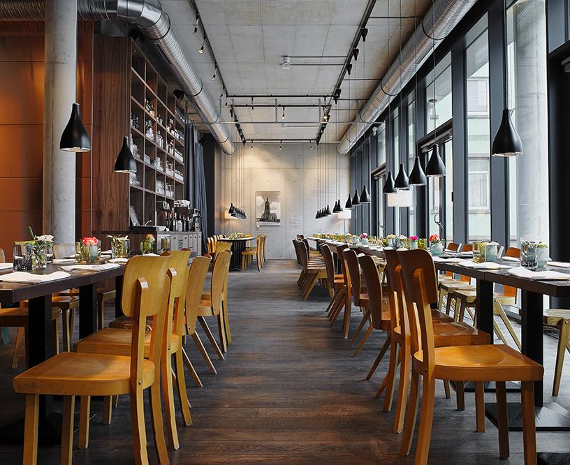 Der helle Restaurantbereich von Margarete in der neuen Altstadt