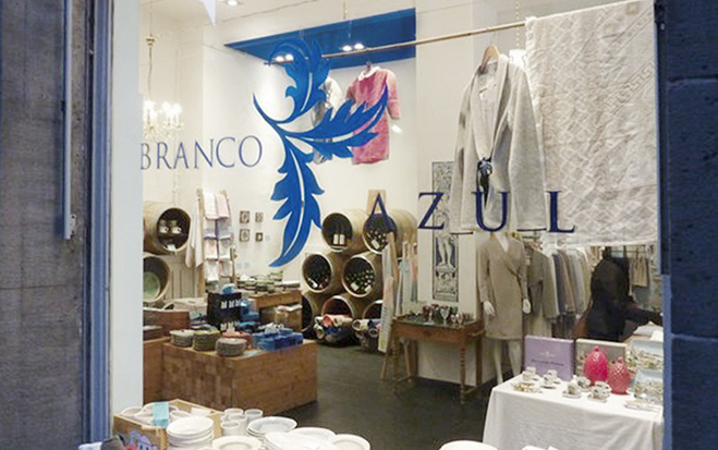 Shopwindow let one take a look through the shop of Branco Azul full of portuguese souvenirs