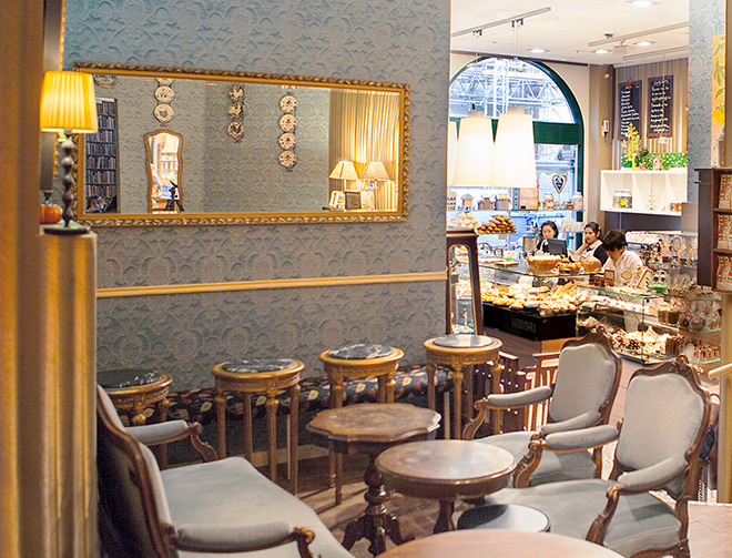 A patisserie at the new old town is Iimori, its interior is decorated in vintage style