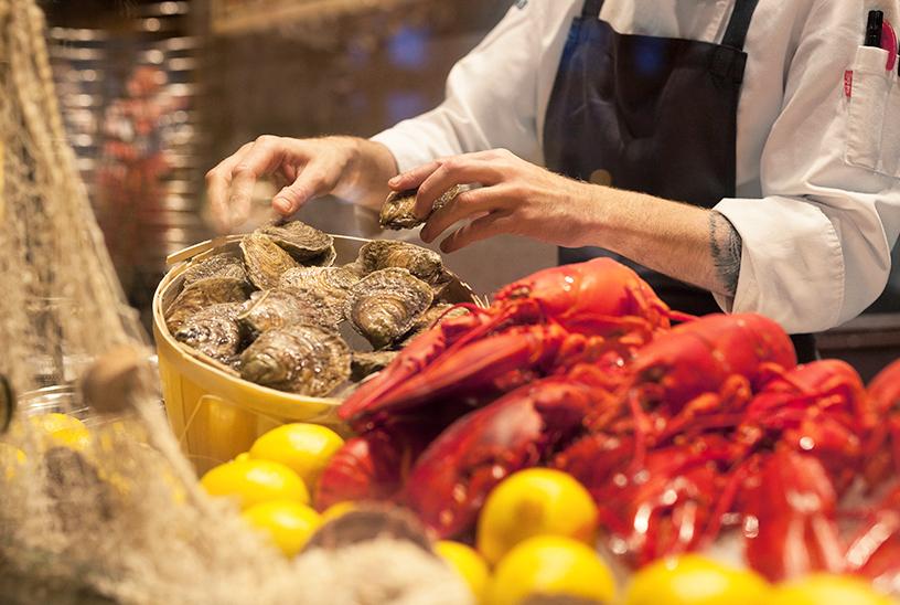 Nahaufnahme der Zutaten in der Brasserie und Austernbar Mon Amie Maxi: Austern und Hummer bei der Reinigung und Zubereitung