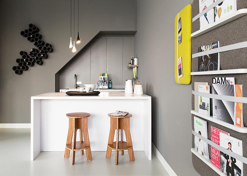 Robert Bronwasser Design-Möbel stilvoll platziert in einem urban eingerichteten Wohnzimmer