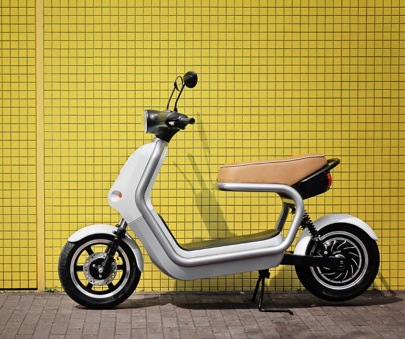 Elektrischer Q-Scooter entworfen für nachhaltige Mobilität in der Stadt im Design von Robert Bronwasser