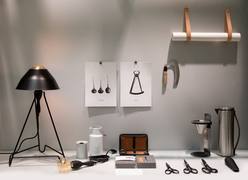 Lamp from Serax, corkscrew and postcards from Moritz Wenz, case from Sonnen-Leder, milk churn von Pillivuyt, mezzaluna from Ono Kanamono Onocci, magazine hanger from Gedigo at the trend presentation Modest Regenerations at Ambiente 2018