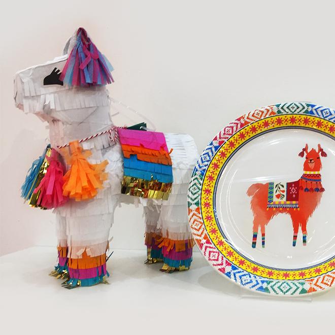 Teller und Lama-Figur von Talking Tables auf der Ambiente 2018