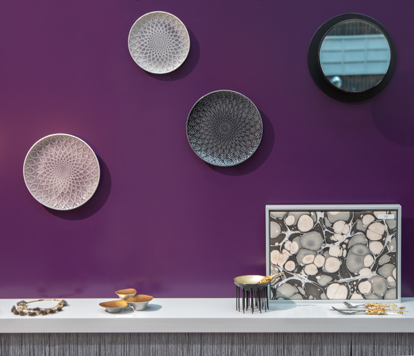 Plates from Bungalow, coatrack with mirror from Serax and dishes from Kisen at Ambiente 2018
