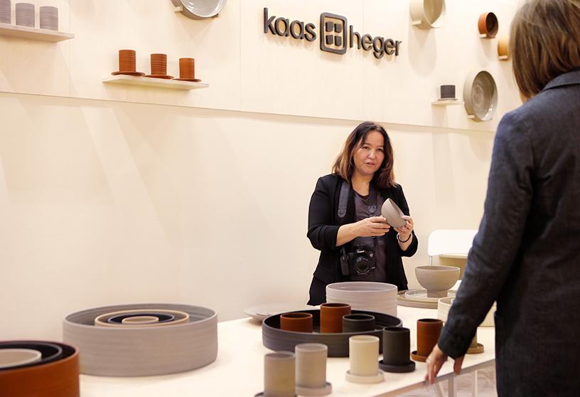 Karine Candice Köng entdeckt Geschirr am Stand von Haas + Heger auf der Ambiente 2018