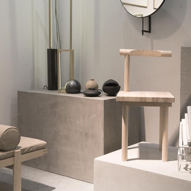 Stuhl, Spiegel, Vase und Accessoires von Kristina Dam auf der Ambiente 2018