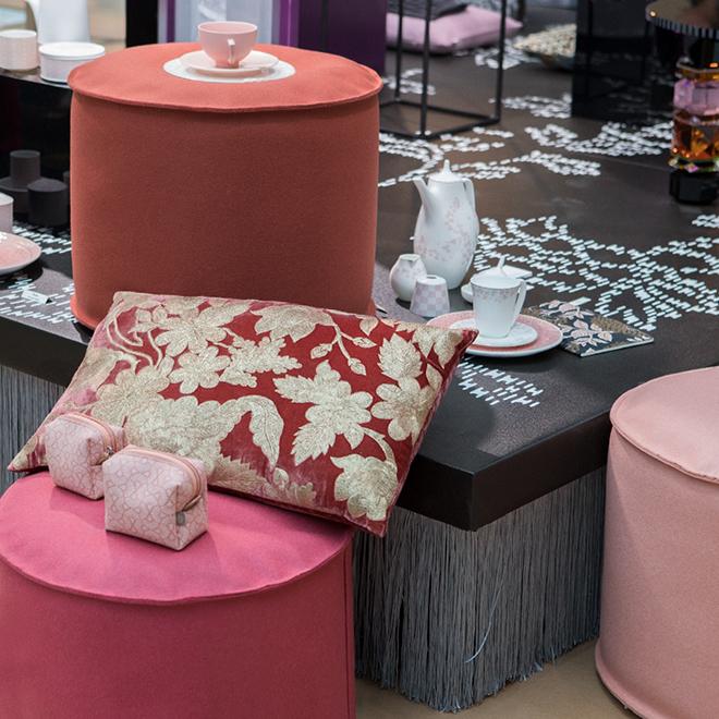 Poufs und Kosmetik-Taschen von Dorothee Lehnen, Geschirr-Set von Wik & Walsøe auf der Ambiente 2018