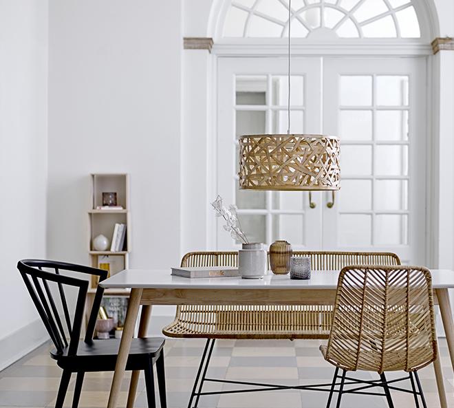 Wohnzimmer in nordisch-minimalistischem Stil mit Rattan-Stuhl