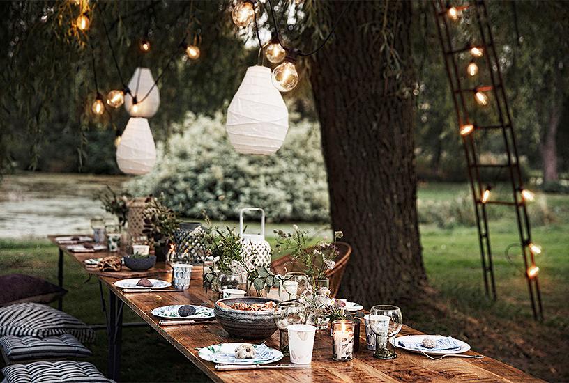 Gedeckter Tisch bei Gartenparty im Sommer mit Accessoires von House Doctor