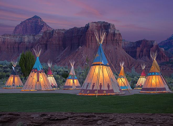 Außenansicht der Teepee Zelte im Capitol Reef Resort Utah in den U.S.A.