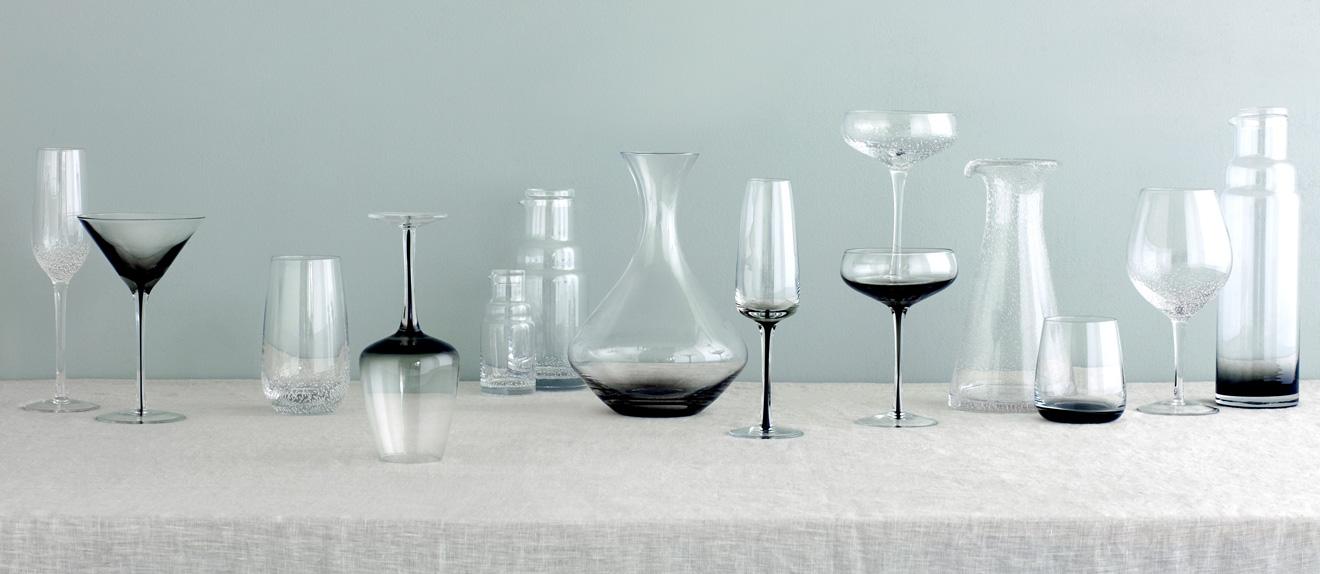 Eine Serie aus Gläsern und Karaffen mit eingeschlossenen Blasen und Rauchverlauf von Broste Copenhagen