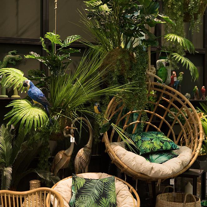 Ratten-Möbel und Kissen mit tropischen Motiven von Boltze auf der Ambiente 2018